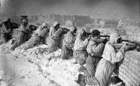 Podczas ciężkich mrozów odpowiedni ubranie to podstawa. Ci czerwonoarmiści nie mają na co narzekać. W takich mundurach żadne mrozy im niestraszne (źródło: Bundesarchiv; lic. CC ASA 3.0).