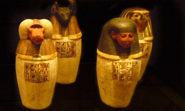 Czterech synów Horusa. Naczynia, do których trafiały usuwane z ciała narządy zmarłego (fot. Kamil Janicki; Luwr w Paryżu).