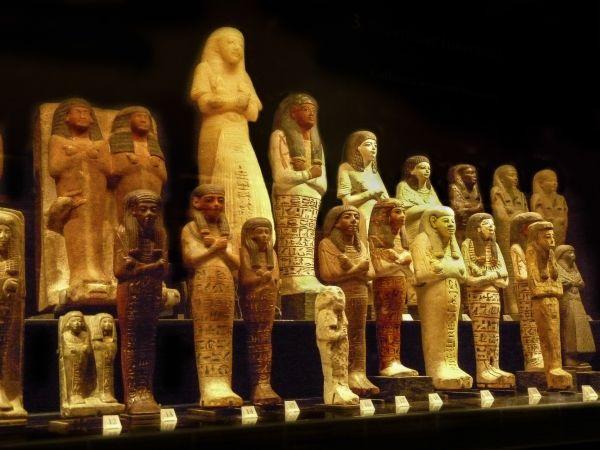Sarkofagi służących. Nie zawsze było w nich wystarczająco dużo miejsca... (fot. Kamil Janicki; Muzeum Luwru).
