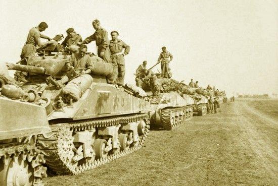 Żołnierze 1. Dywizji Pancernej generała Stanisława Maczka tuż przed rozpoczęciem ataku z 8 sierpnia 1944 r. Wszyscy czekają na amerykańskie bombowce...