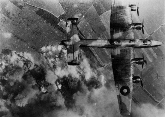 Brytyjskie ciężkie bombowce Halifax atakuj 14 sierpnia 1944 r. niemieckie pozycje w Normandii. Być może to one zbombardowały Polaków i Kanadyjczyków?