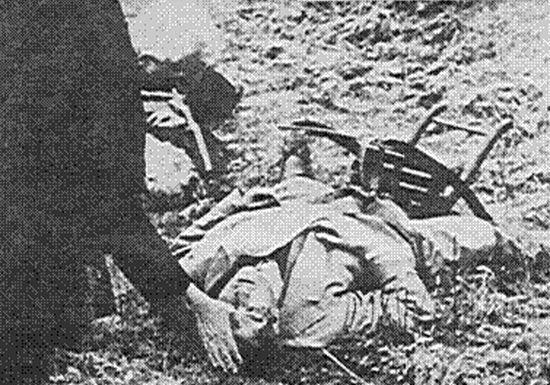 By w końcu trafić przed pluton egzekucyjny. Na zdjęciu monsignor Chiot udziela ostatniego namaszczenia Galeazzo Ciano.