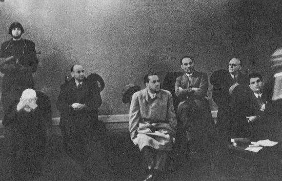 Następnie wraz z innymi, którzy przyczynili się do obalenia Duce został skazany na śmierć w trakcie procesu w Weronie...