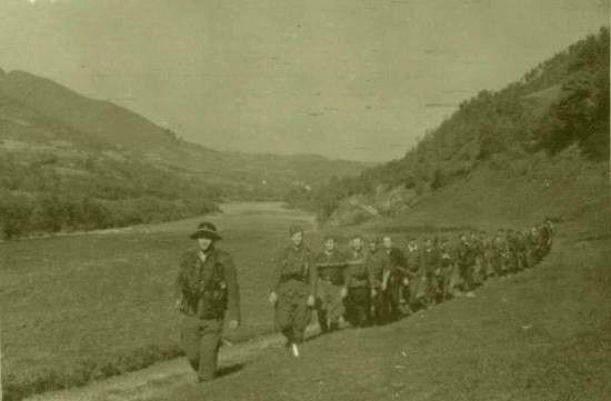"""Członkowie oddziału partyzanckiego """"Wilk"""" latem 1944 r. w trakcie przemarszu na Słowację. To właśnie oni dali Łupnia niemieckim żandarmom z Kamienicy."""