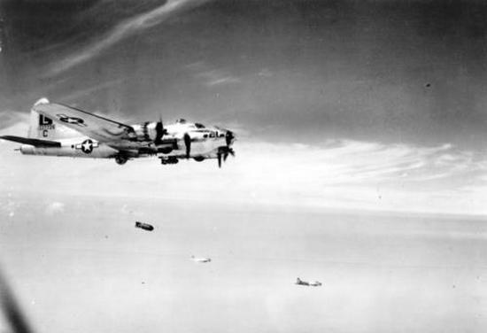 Latająca forteca B-17 zrzuca swój morderczy ładunek nad Normandią. Ciekawe czy przypadkiem nie bombarduje alianckich żołnierzy?