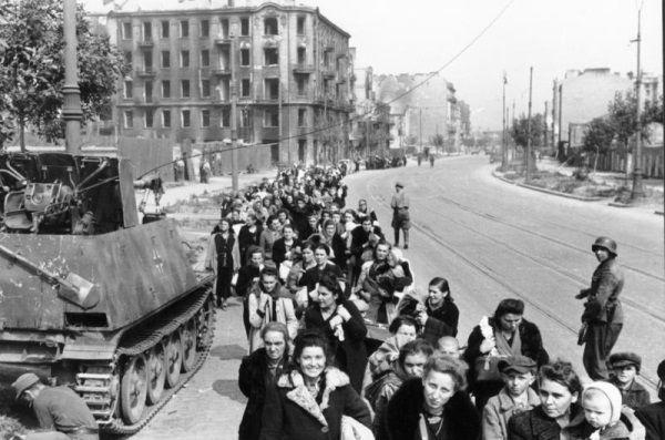 Kiedy powstanie upadało, ludnośc cywilna, w tym starcy i malutkie dzieci, opuszczała Warszawę pod lufami niemieckich karabinów.