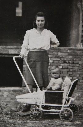 Na zdjęciu Halina Wiśniewska z urodzonym 1 sierpnia 1944 roku synem Stasiem na gruzach Warszawy w 1945 roku.