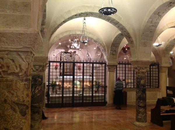 Krypta w podziemiach bazyliki. To tutaj spoczywają szczątki świętego Mikołaja.