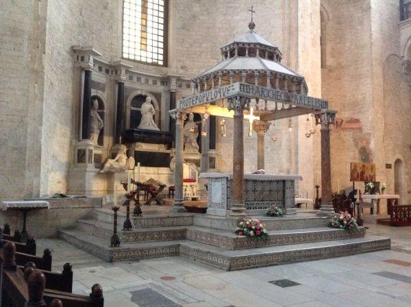 W głównej nawie świątyni znajduje się mauzoleum i grobowiec polskiej królowej - Bony Sforzy.