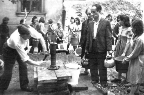 """Bez wody nie dało się żyć, a stanie w kolejce do studni było śmiertelnie niebezpieczne. W każdej chwili można było zginąć od kuli... (zdjęcie znajduje się w zbiorach Muzeum Powstania Warszawskiego, autor: Joachim Joachimczyk pd. """"Joachim"""")."""