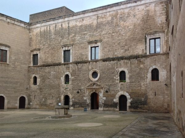 Zamek w Bari, widok współczesny. Budowę twierdzy rozpoczęto niedługo po sprowadzeniu do miasta zwłok świętego Mikołaja.