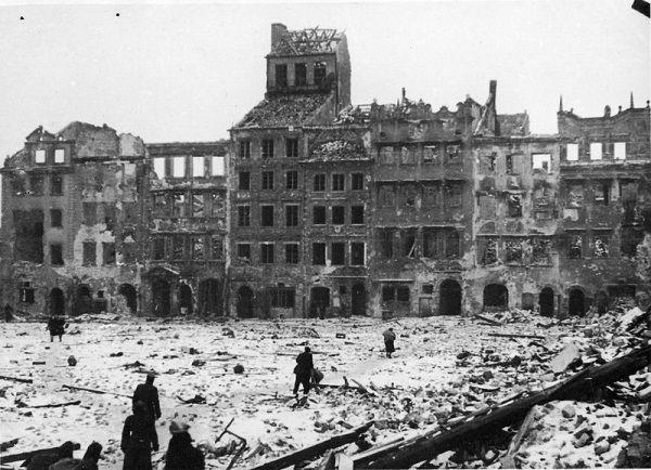Warszawa obracała się w gruzy, a cywilnej ludności kryjącej się w piwnicach kamienic był tylko ciraz ciężej i ciężej...