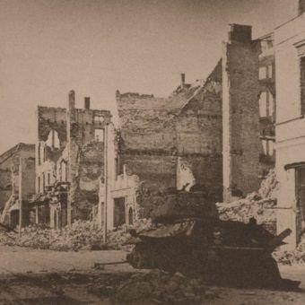 Wrak radzieckiego czołgu na ulicach Elbląga. Jego załoga miała znacznie mniej szczęścia niż Diaczenko.