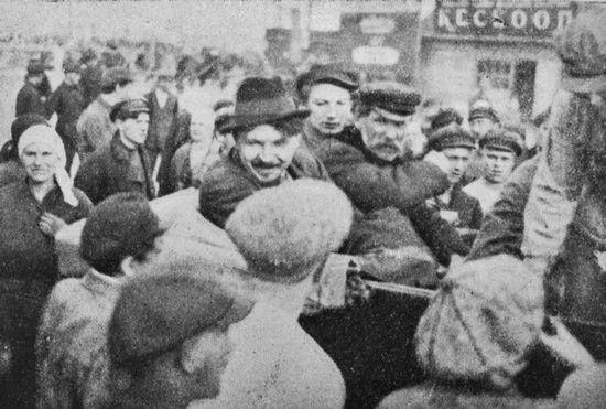 Stalinowskie represje nie ominęły również polskiego środowiska naukowego. Jednym z najwcześniej aresztowanych był Tomasz Dąbal (siedzi w środku), który w latach 1934-1935 piastował nawet stanowisko wiceprezesa Akademii Nauk Białorusi.