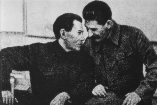 Raporty Jeżowa (z lewej) zawierały tak nieprawdopodobne zarzuty wobec Polaków, że nawet owładnięty paranoją Stalin (z prawej) musiał mitygować szefa NKWD.