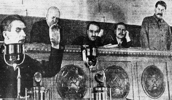 Stanisław Kosior był zagorzałym stalinistą. Zapewniło mu to stanowisko pierwszego sekretarza ukraińskiej kompartii. Jednak, gdy Stalin postanowił się rozprawić z Polakami, również on trafił do katowni NKWD. Na zdjęciu (drugie z lewej) wraz ze Stalinem na trybunie Pałacu Zjazdów w Moskwie. 1935 rok.