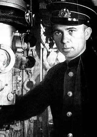 Dowódca S-13 Aleksander Marinesko przy peryskopie.