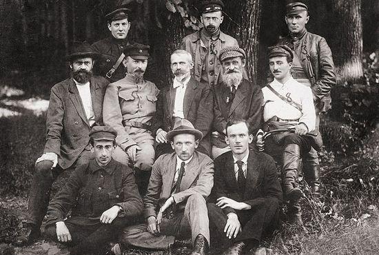 Julian Marchlewski (siedzi w środku) był zasłużonym bolszewikiem. To właśnie on stanął na czele Polrewkomu, gdy Armia Czerwona zaatakowała Polskę w 1920 r. Nic zatem dziwnego, że został patronem pierwszego Polskiego Rejonu Narodowego.