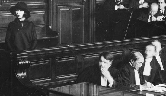 W czasie procesu sympatia opinii publicznej, a nawet prokuratora i przewodniczącego sądu przysięgłych Moutona były całkowicie po stronie Umińskiej (stoi pierwsza z lewej).