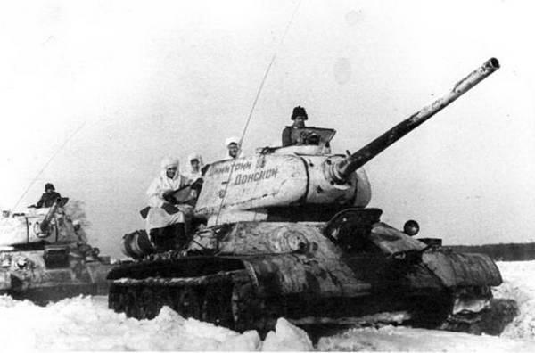 Radziecka piechota uczepiona pancerzy czołgów T-34. Tego obrazka rzecz jasna nie mogło również zabraknąć podczas rajdu Diaczenki.