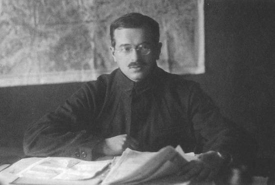 Józef Unszlicht, był jednym z weteranów partii bolszewickiej, który zawsze stał u boku Lenina. Nie uchroniło go to jednak przez aresztowaniem, torturami i rozstrzelaniem. Zdjęcie z okresu, gdy piastował wysokie stanowisko w GPU.