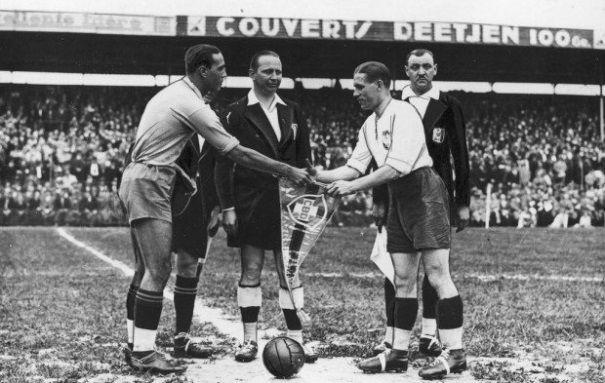 Początek meczu Polska-Brazylia w 1938 roku.