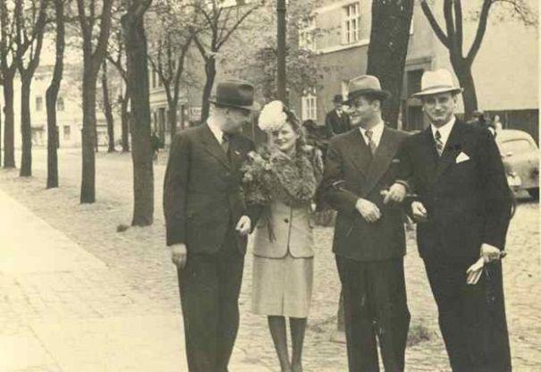 Fryderyk Scherfke (w środku) z żoną i przyjaciółmi.