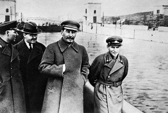 Swoją gorliwość w wykonywaniu zbrodniczych poleceń Stalina Jeżow (pierwszy z prawej) przypłacił życiem. Z tego zdjęcia również zniknie.