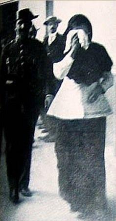 Enriqueta wiedziała za dużo, dlatego musiała zginąć. Na zdjęciu zaraz po aresztowaniu.
