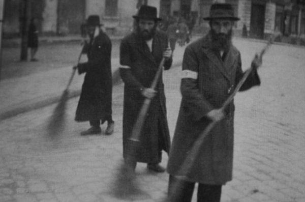 Żydzi w trakcie pracy przymusowej. Przynajmniej od nich naziści nie pobierali skladek na ubezpieczenie będce zwyczajną farsą.